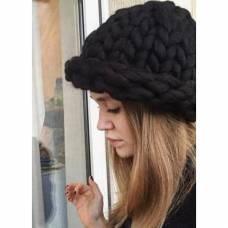 Модная шапка из шерсти мериноса крупная вязка черная