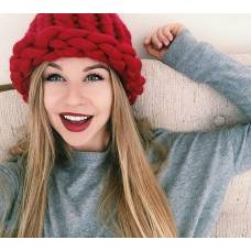 Модная шапка из шерсти мериноса крупная вязка красная