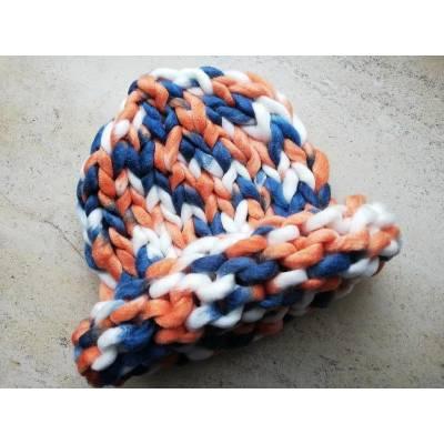 Модная шапка из шерсти мериноса крупная вязка трехцветная белый синий оранжевый