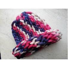 Модная шапка из шерсти мериноса крупная вязка трехцветная синий розовый бежевый