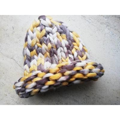Модная шапка из шерсти мериноса крупная вязка трехцветная  желтый серый кремовый