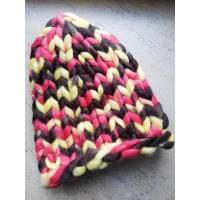 Модная шапка из шерсти мериноса крупная вязка трехцветная желтый коричневый розовый