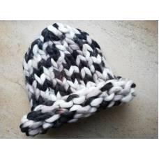 Модная шапка из шерсти мериноса крупная вязка трехцветная серый белый черный