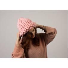 Шапка из шерсти мериноса хельсинки крупная вязка розовая