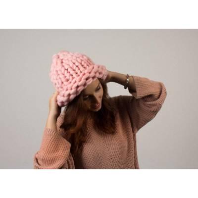 Модная шапка из шерсти мериноса крупная вязка розовая