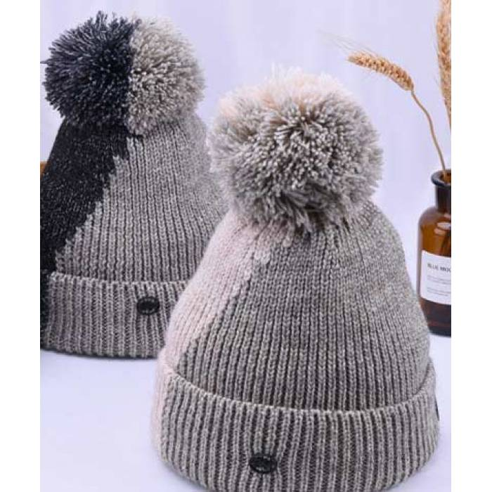 двухцветные модные шапки