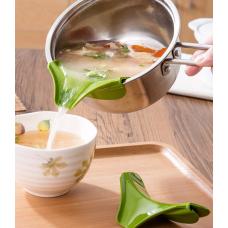 Воронка-носик для каструлі з силікону зручно наливати суп